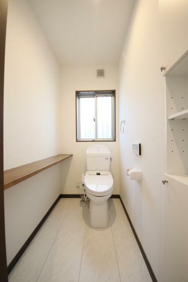 トイレ 飾棚と収納付き1階トイレ トイレで読書しても良いんです!2階にもトイレはありますのでどうぞごゆっくり。