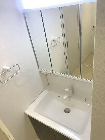 洗面化粧台 三面鏡の裏側が収納スペースになっているので、収納が豊富物であふれがちな洗面室がスッキリ片付きます。