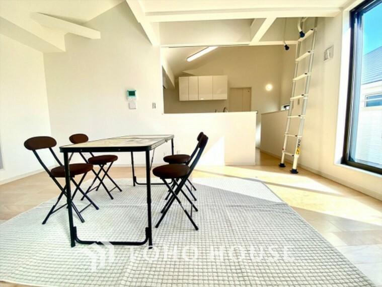 居間・リビング のびやかに広がる空間。採光も十分に取れバランスの良い周辺環境には好感が持てます。