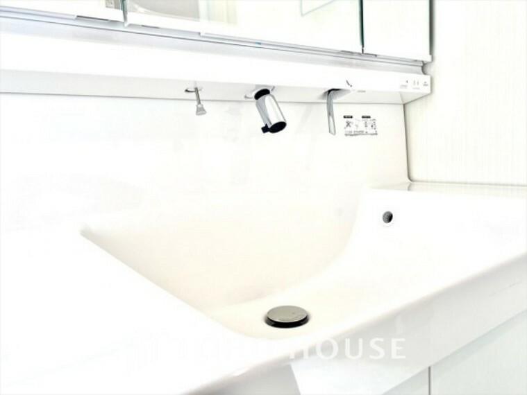 洗面化粧台 パウダールーム 人工大理石トップの洗面ボウルサイドはゆったりとしたスペースが設けられ、フレグランスなどを置いたりするのに便利なパウダールーム