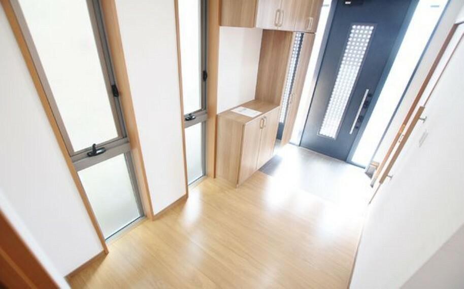玄関 家の顔となる玄関は、光が多く入る設計になっており広々と開放感があります。 シューズボックスとは別に、クロークがありベビーカーやアウトドア用品も収納できます。