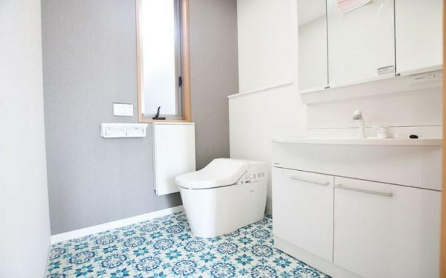 トイレ 1階のおトイレは、欧米風な洗面台と同室タイプ。 鮮やかな柄の床材が清潔感を引き立てています。