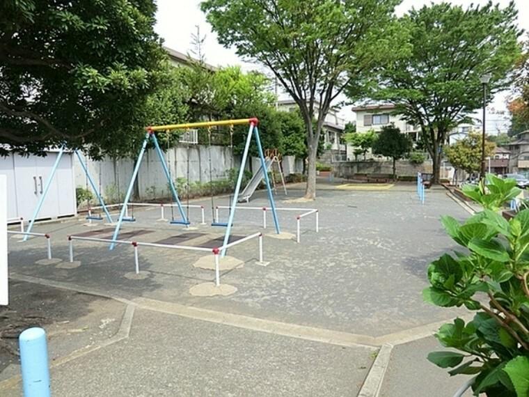 公園 菅田利倉公園 住宅街のスタンダードな公園です。公園の設備には水飲み・手洗い場があります。