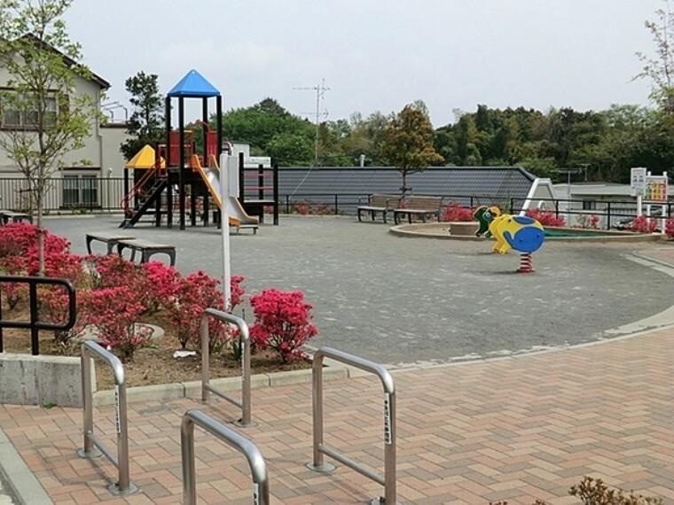 公園 菅田廻三戸公園 住宅街の十分な広さの公園です。公園の設備には水飲み・手洗い場があります。