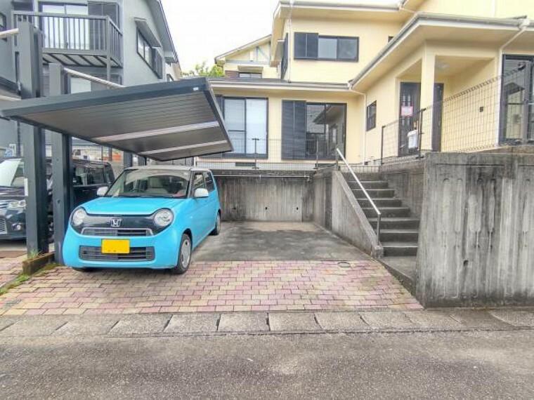 外観写真 【外観:リフォーム済写真】駐車2台停めることができます。階段には手すりがついているので上り下りも安心ですね。ここで新生活始めませんか?