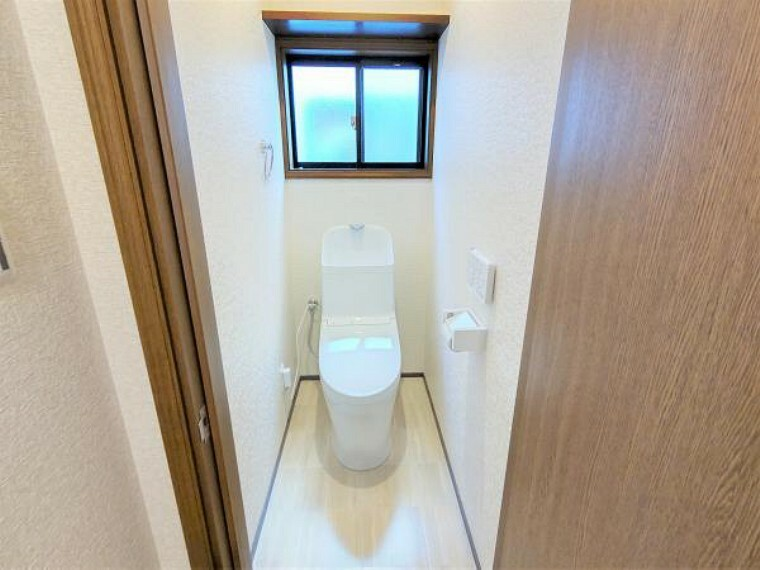トイレ 【トイレ:リフォーム済写真】トイレはTOTO製の温水洗浄機能付きに新品交換しました。小窓の上に棚が設置してあるので、トイレットペーパー等を収納することができます。