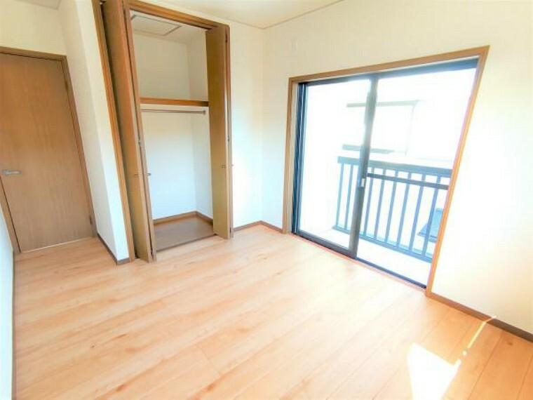 【2階洋室:リフォーム済写真】床は上張りを行い、壁も天井もクロスで仕上げております。照明は新品交換し、二面採光なので日当たり良好ですよ。
