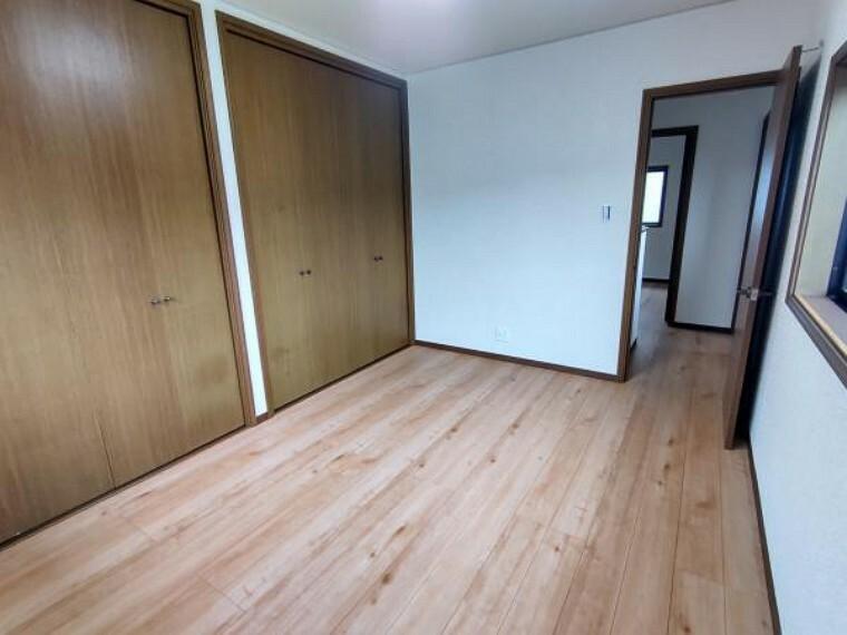 【2階洋室:リフォーム済写真】床はフローリング上張り、壁・天井はクロスを張り替えました。また、クローゼットをふたつ設置しました。大容量なので一年分のお洋服でも、たくさん収納できそうです。