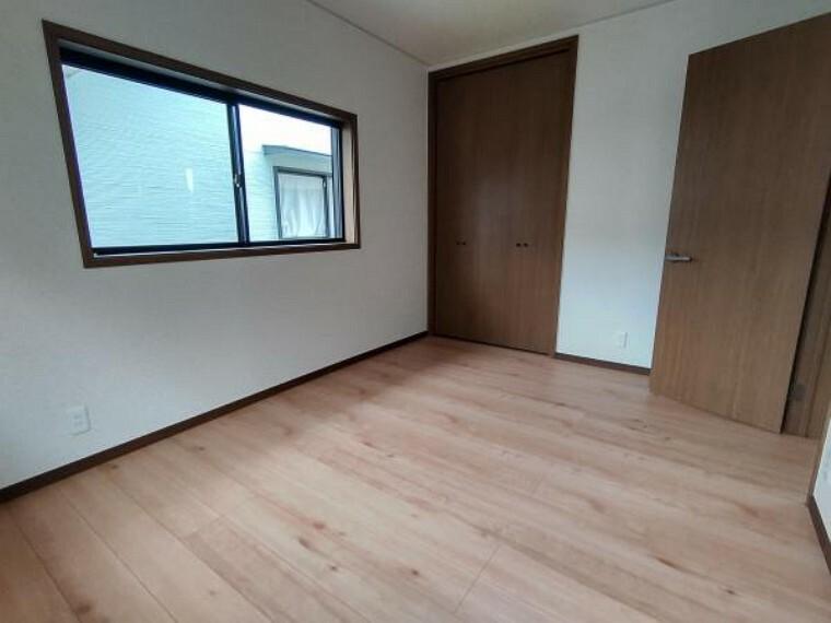 【2階洋室:リフォーム済写真】床は上張りを終え、壁も天井もクロスで仕上げております。大きめのウォークインクローゼットがあるため、収納力のあるお部屋で使い勝手が良いですよ。