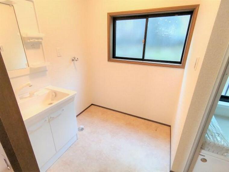 洗面化粧台 【洗面脱衣所:リフォーム済写真】床はクッションフロア張り替え、天井・壁はクロスの張り替えを行います。化粧洗面台は、TOTO製の新品に交換したので、清潔感があり安心して生活することができます。