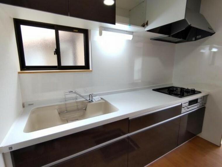 キッチン 【リフォーム済】キッチンはハウステック製の新品に交換します。引出が4つの嬉しい多収納タイプ。シンクはサビや熱に強いだけでなく、防振性に配慮されたステンレス製です。