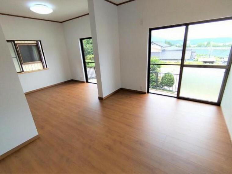 洋室 【リフォーム済】LDK1部分です。元々和室だったお部屋を洋室仕様にしてLDKを拡張しています。リビングからの眺めがとても素敵です。