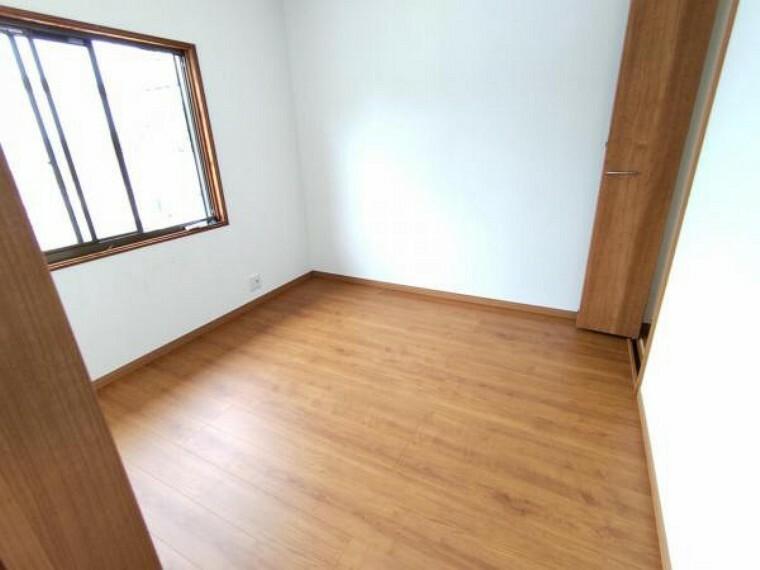 洋室 【リフォーム済】2階西側4.5帖の洋室です。