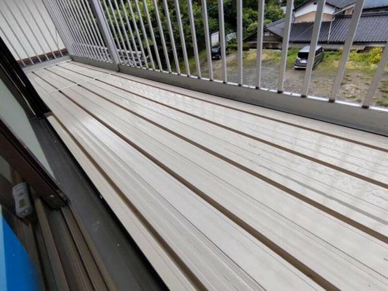 バルコニー 【リフォーム済】2階ベランダの写真です。床板塗装をしてすっきり仕上げました。