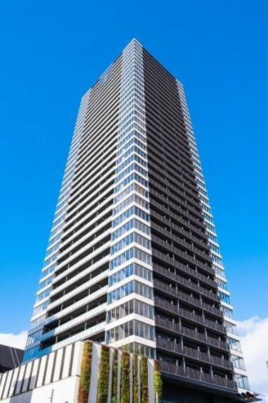 外観写真 【外観】ホワイトとダークグレイを基調としたシックなデザインのタワーマンションです。