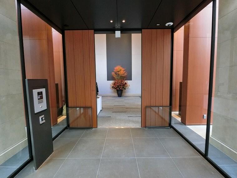 エントランスホール 【メイン風除室】しっかりセキュリティのされた、モダンなメイン風除室です!