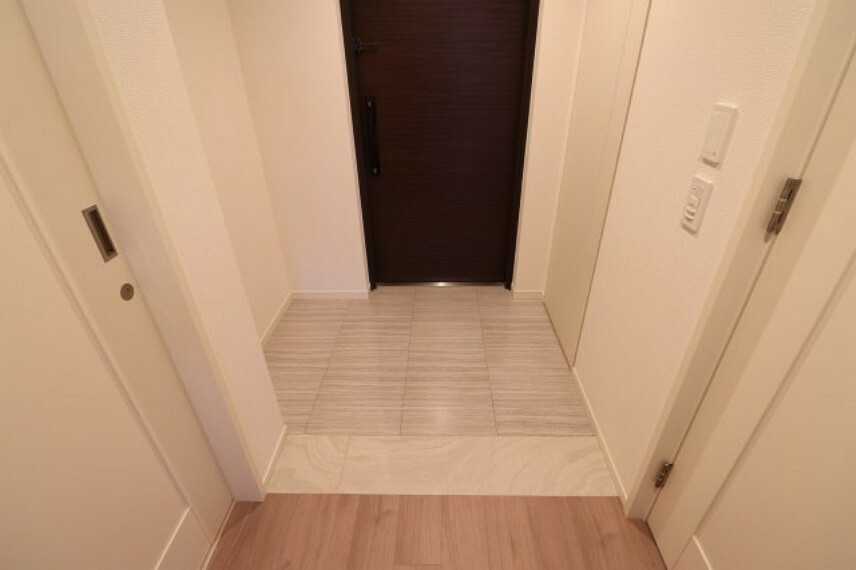 玄関 【玄関】ホワイトを基調とした玄関です。ホワイトベースなので清潔感があり、空間がとても広くみえてます。