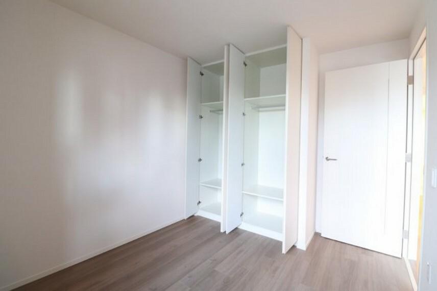 洋室 【洋室】約5.7帖の洋室。ベッドを置いて頂いてもゆったりと過ごせる広さです。