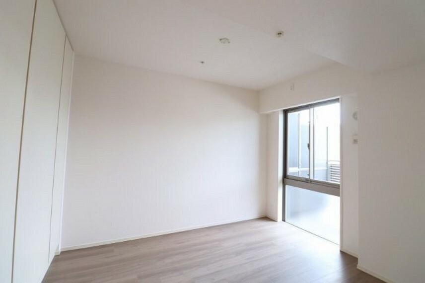 洋室 【洋室】収納スペース充実!窓があり通風良好です
