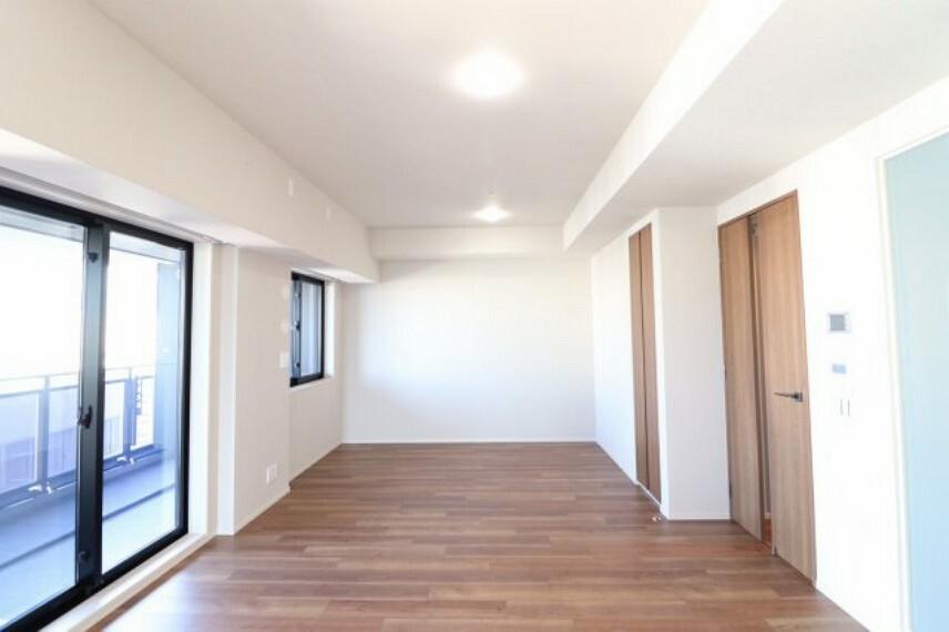 居間・リビング 【リビングダイニング】柱が無く、開放的な空間設計となっております。