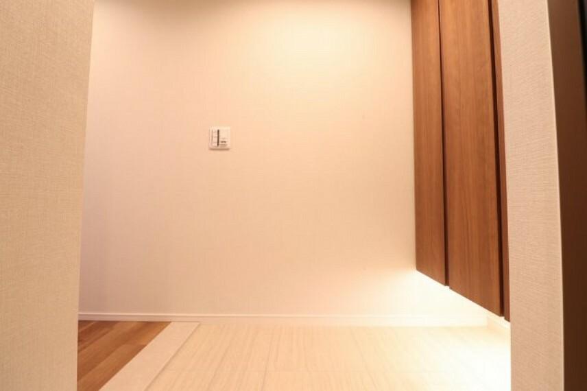 玄関 【玄関】ダークブラウンの建具でモダンな雰囲気のある玄関です!