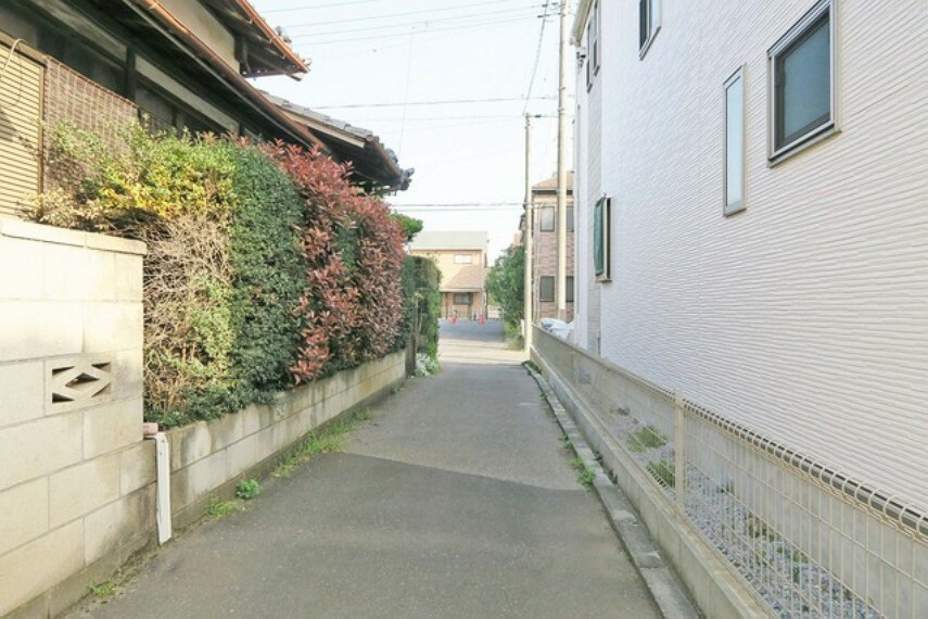 現況写真 幅員の狭い道ですが、車通りの少ない住宅街に立地してます。