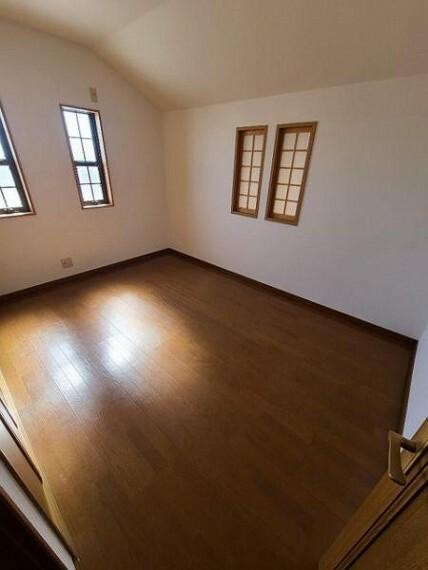 寝室 3階洋室6帖:優しい木目が心地よいお部屋です