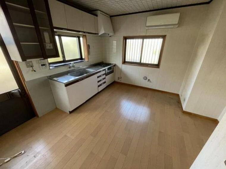 【リフォーム中3/28更新】1階DKです。床はクッションフロアを重張し、天井と壁のクロスは張り替えます。廊下収納をつぶすことでDK部分を拡張し、家族四人で食卓を囲んでも大丈夫なスペースを確保します。