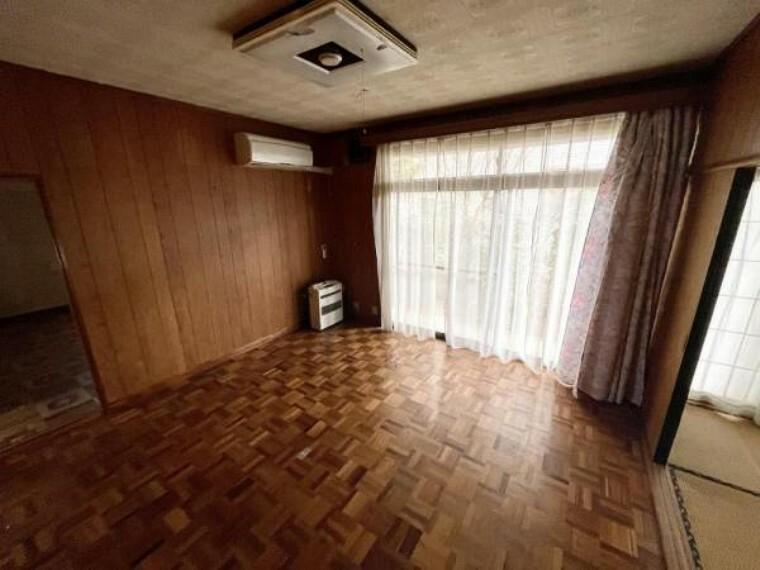 【リフォーム中2/26更新】1階8帖洋室です。床はフロア張替、壁と天井はクロスの張替、照明は交換する予定です。また、クローゼットも新設する予定です。1階に広めな居室があるのが中古住宅の魅力の一つですよね。年を取って階段の上り下りが大変になっても生活していくことができます。
