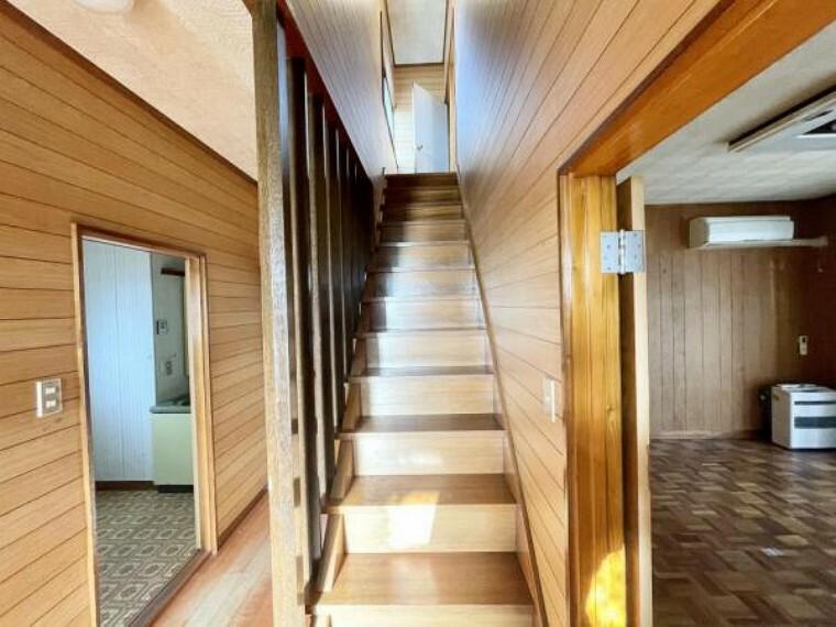 【リフォーム中2/26更新】1階から2階に上がる階段です。手すりを新設して上りやすくします。階段の踏み板はクリーニングを行います。