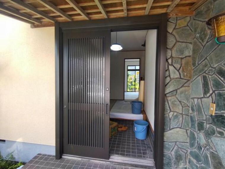 玄関 【リフォーム中7/26撮影】玄関写真です。玄関は扉の交換を行う予定です。扉が新しくなりますと住宅の雰囲気も変わりますね。