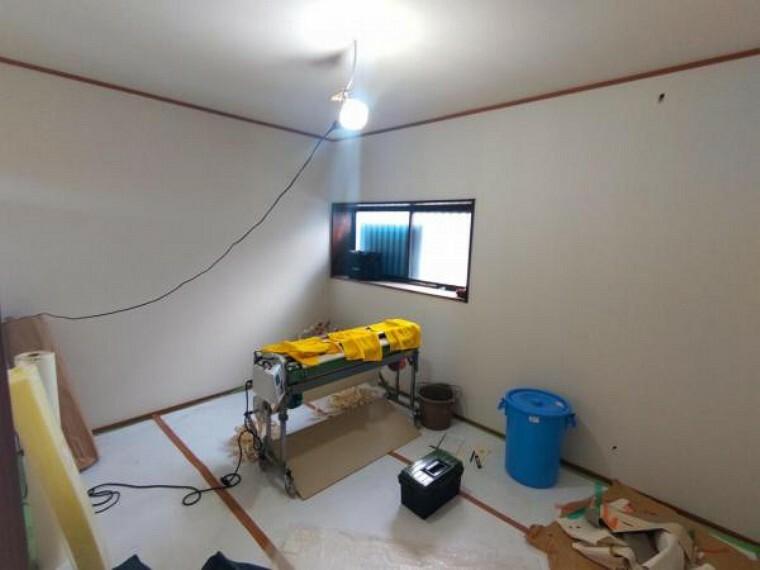 【リフォーム中7/26撮影】1階洋室写真です。クロスの張替え、フローリングの重ね張りを行います。