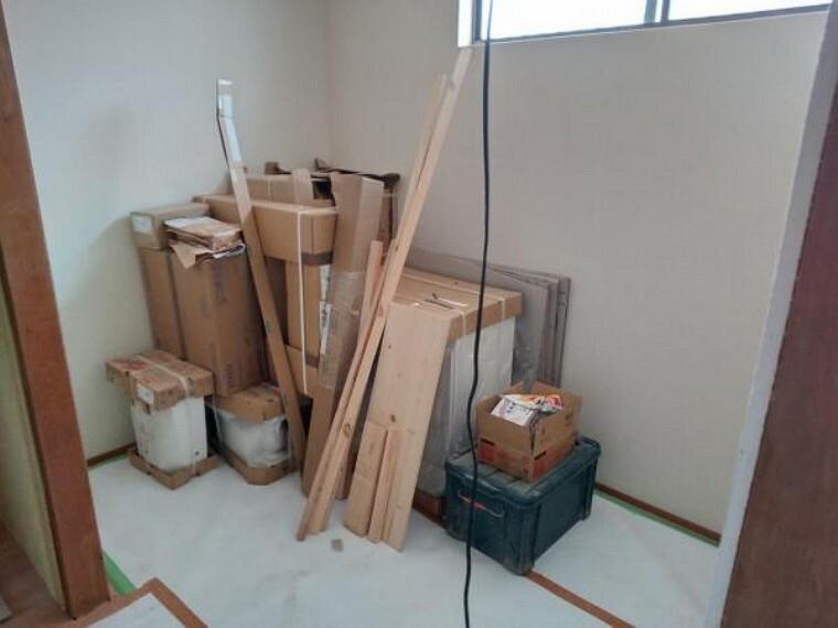 収納 【リフォーム中7/26撮影】1階和室にある納戸のスペースです。クロスの張替え、襖の張替えを行います。収納が多くあるのはうれしいですね。