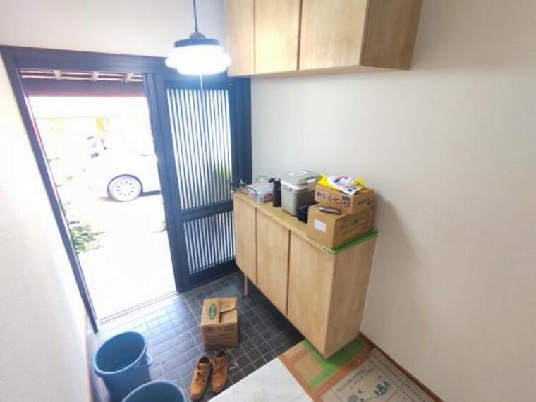 玄関 【リフォーム中7/26撮影】玄関ホール写真です。クロスの張替え、フローリングの重ね張りを行います。お客様をお出迎えする場所になりますので白を基調としたクロスで清潔に仕上げます。