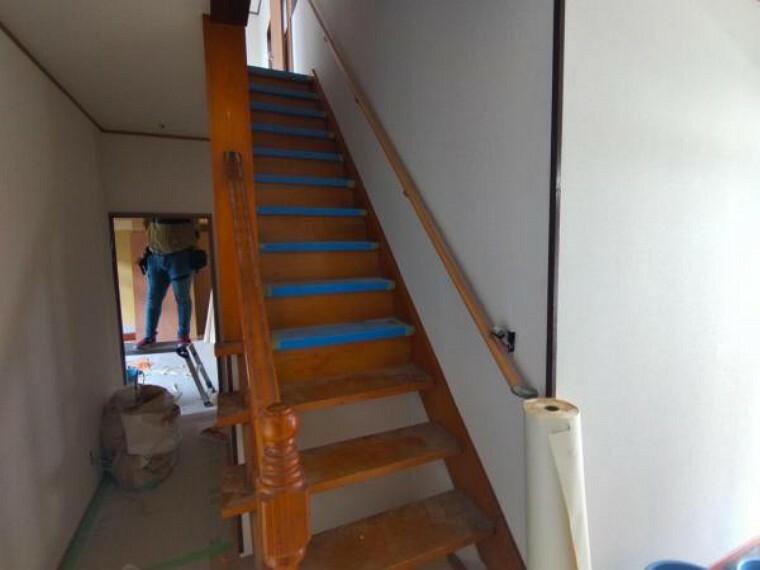 【リフォーム中7/26撮影】階段写真です。手すりの設置・ノンスリップの設置を行います。昇り降りがしやすいようにリフォームします。