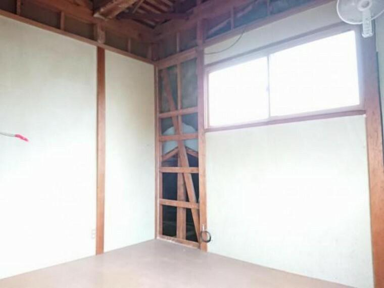 【リフォーム中】2F6帖洋室です。フローリング重ね張り、クロスの張替行います。
