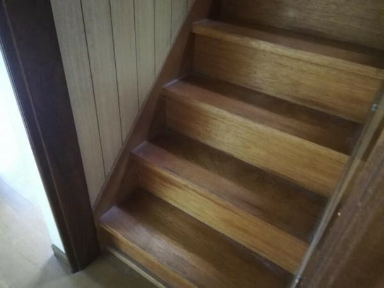 【リフォーム前】階段は、踏板部分はフロアタイル張後に滑り止めを設置します。手摺も付くので安心して上り下りできますね。