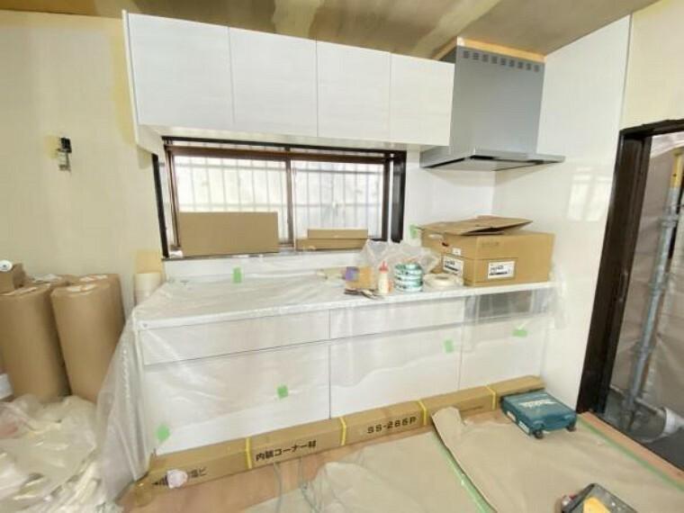 キッチン (7/16撮影)キッチンはハウステック製の新品に交換しました。引出には一升瓶や胴鍋のような背の高いものも収納できます。天板は熱や傷にも強い人工大理石仕様なので、毎日のお手入れが簡単です。