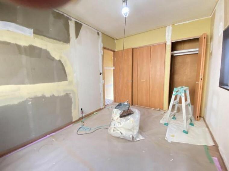 【リフォーム中】(7/16撮影)2階北側6帖洋室の収納です。枕棚、パイプがついており、使いが手の良いクローゼットです。