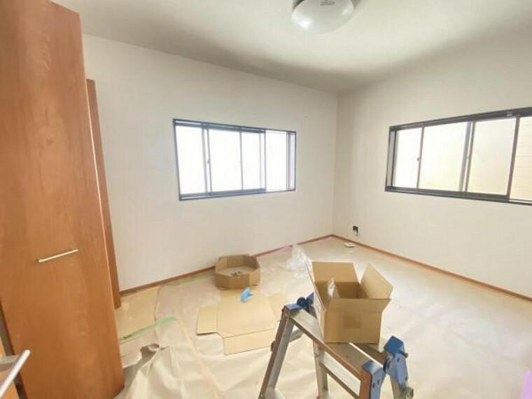 【リフォーム中】2階南側4.5帖の和室は洋室に生まれ変わります。床はフローリング、壁・天井はクロスの張替、照明交換をします。お子様のお部屋にちょうどいいですね。