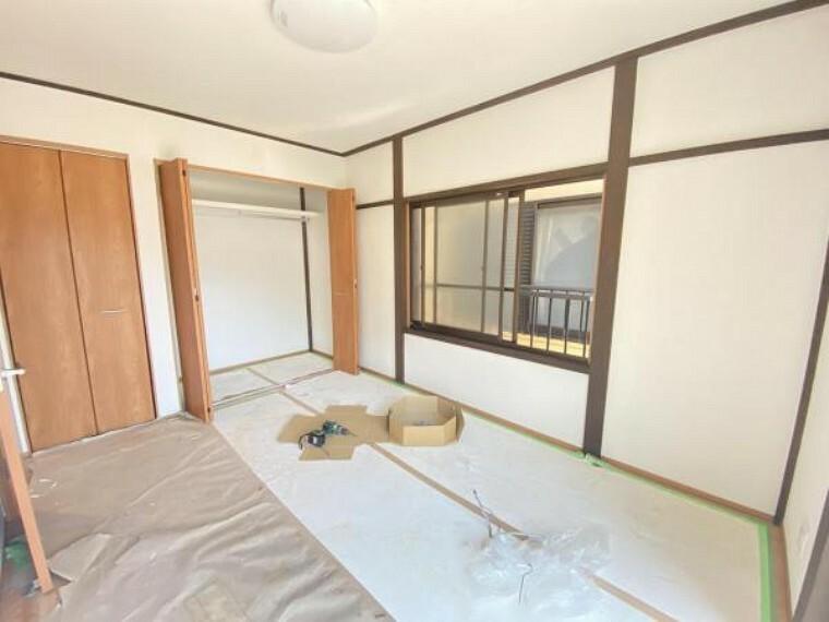 【リフォーム中】(7/16撮影)2階南東側6帖の洋室です。これから壁・天井はクロスの張替、照明交換をします。