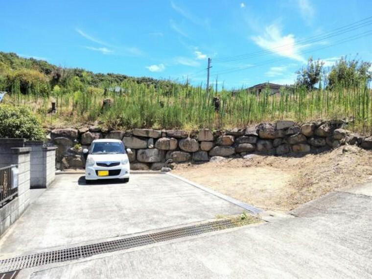駐車場 駐車スペースは約3台分あります。側溝にグレーチングを取り付けて南側のスペースを整備しました。
