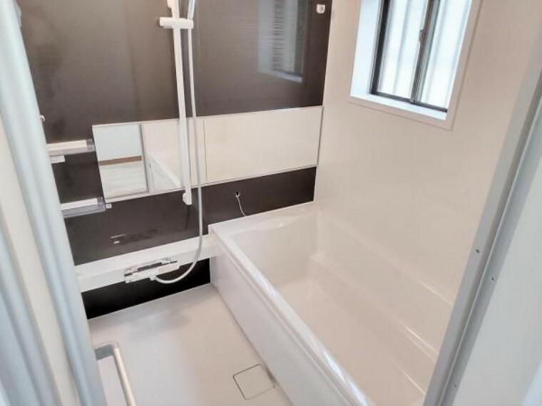 浴室 【リフォーム済】浴室はハウステック社製の新品のユニットバスに交換いたします。浴槽には滑り止めの凹凸があり、床は濡れた状態でも滑りにくい加工がされている安心設計です。