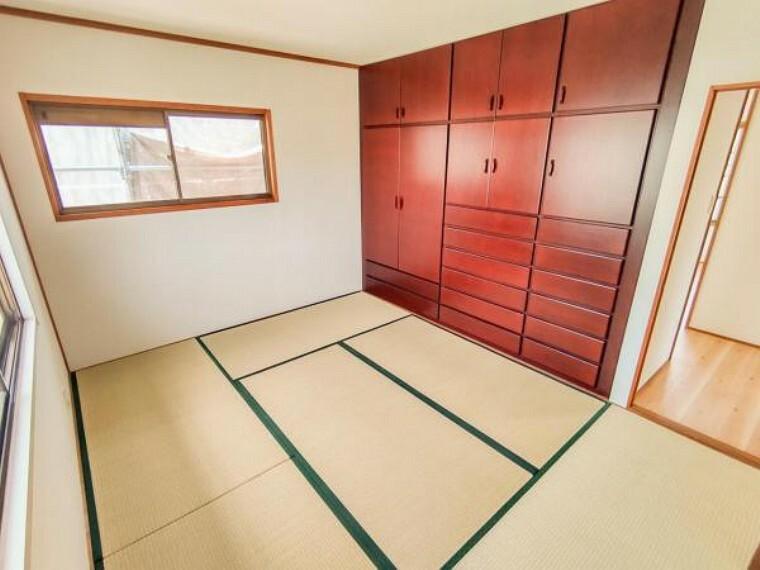 【リフォーム済】2階6帖の和室です。畳は表替えを行い、備え付けのタンスはクリーニング済みです。