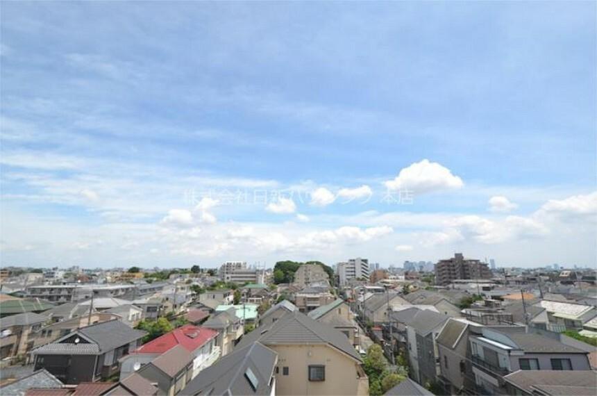 現況写真 東側の眺望になります。周辺は低層住宅が並び、爽快な景色が広がります!