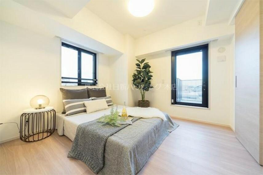 【主寝室6帖】各居室に2箇所以上の窓があるため、開放感のあるお部屋で御座います!