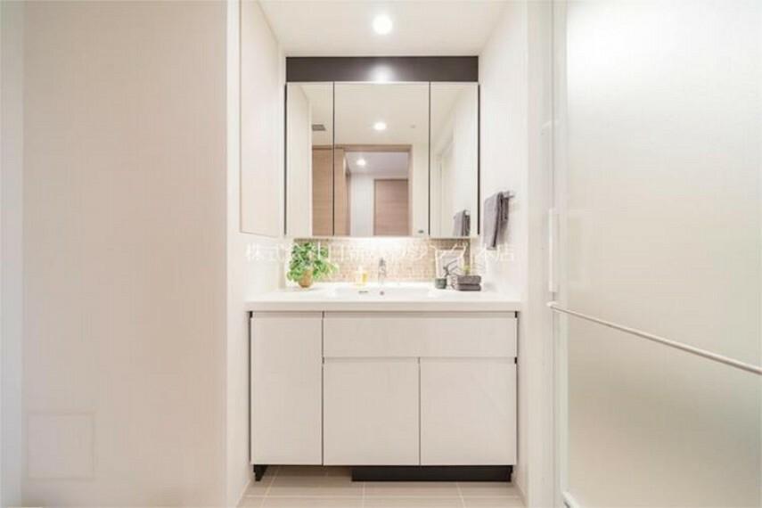 洗面化粧台 【独立洗面台】広々とした洗面スペース。収納もあり、使い勝手の良いスペースです!