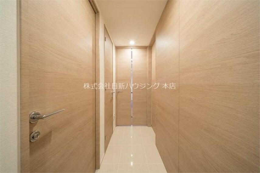 バルコニー 【廊下部分】白とナチュラルな色合いを基調とした、スタイリッシュな室内。