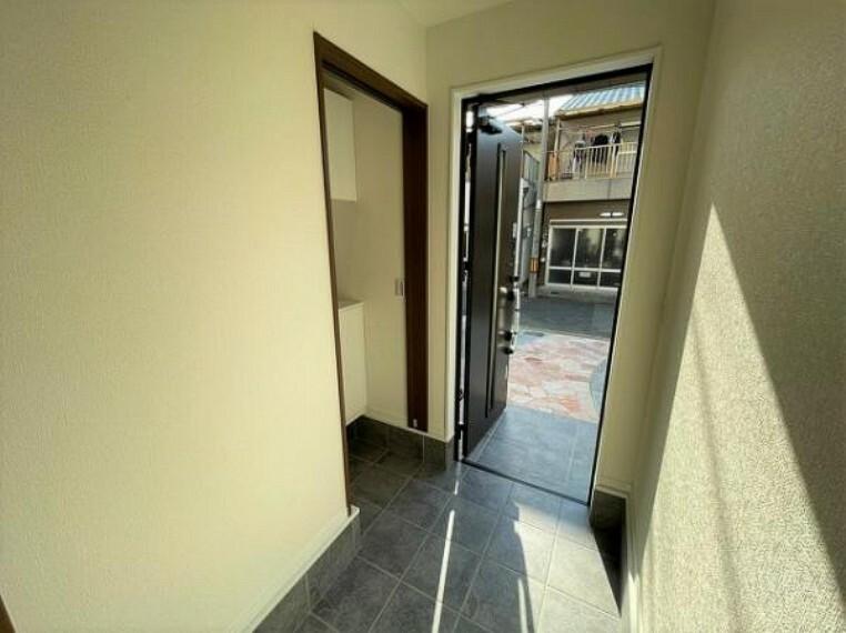玄関 シューズクロークがあるので散らかる玄関周りもスッキリお使いいただけます