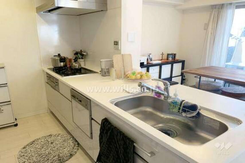 キッチン キッチン。オープンのカウンタータイプなので、家事をしながらリビングのお子様の様子やテレビをご覧になれます。食洗器も完備。[2021年3月12日撮影]